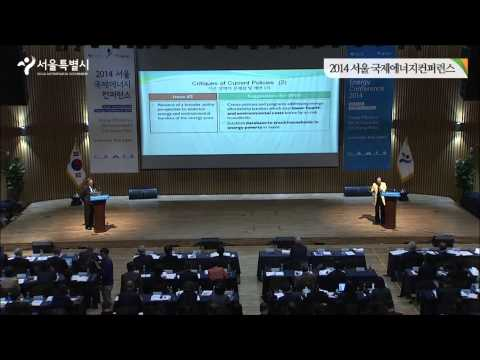 Dr. John Byrne and Dr. Yun Sun-Jin talk at the Seoul International Energy Conference