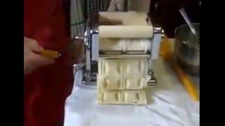 Машинка для приготовления пельменей и равиоли Пельменница(Быстро, легко и вкусно вместе Пресс-машиной для приготовления равиоли и раскатки теста! Зачем отказывать..., 2016-02-04T20:17:26.000Z)