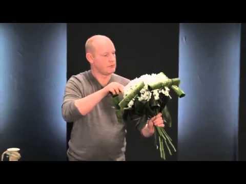 Букет из хризантемы  и аспидистры