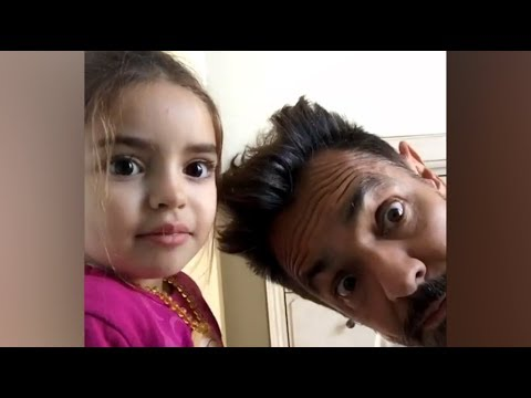 Eugenio Derbez y su hija Aitana despiden el año 2017 cantando All you need is love