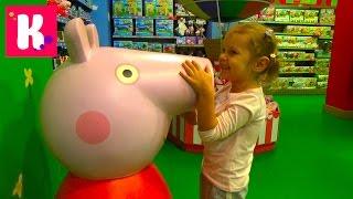 Купили гигансткую Barbie и Свинка Пеппа поцеловала Катю Куклы Машинки и миллионы игрушек в Hamleys
