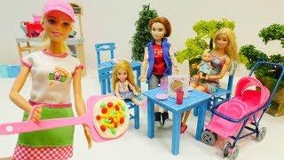 Spielspaß mit Puppen. Barbie geht ins Restaurant. Spielzeugvideo für Kinder