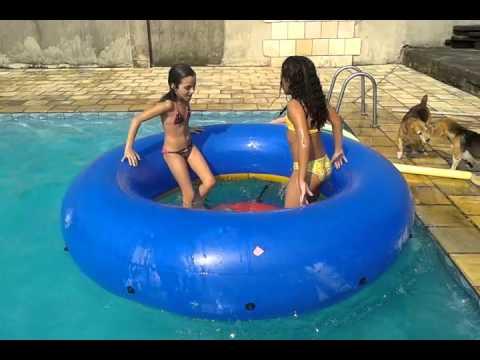 Julia e Gabi tomando um banho gostoso de piscina (versão 2016)