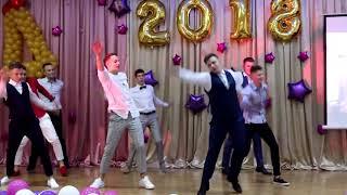 ОЧЕНЬ КРУТОЙ танец мальчиков на выпускном
