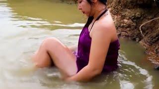 Download Video Hot..!! Cewek cantik buka bukaan sambil mandi di sungai MP3 3GP MP4