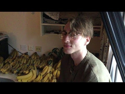 """Student Survives Mostly on 150 Bananas a Week, as Part of """"Fruitarian"""" Diet"""