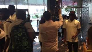 فيديو.. استقبال منتخب نيجيريا بالورود في الإسكندرية