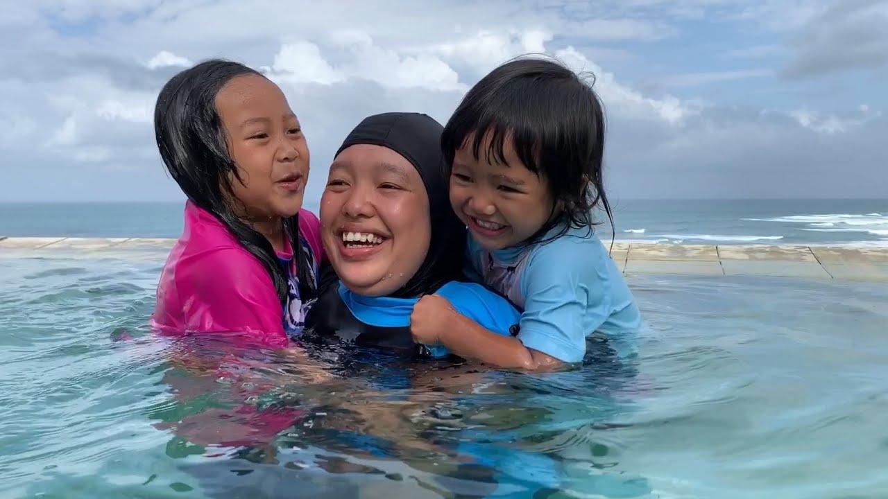 PERTAMA KALI KEYSHA MAIN AIR DI KOLAM RENANG SAMBIL LIHAT PANTAI Kids Playing Water in Swimming Pool