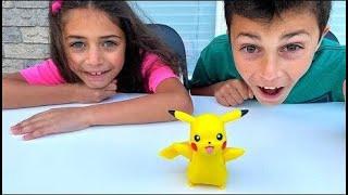 Heidi e Zidane estão viajando e encontrar brinquedos de Pokémon