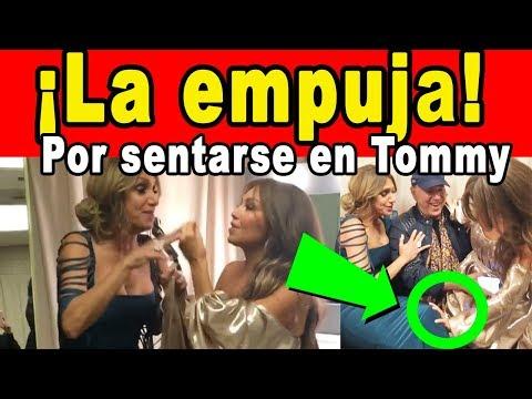 Thalía EMPUJA A Lili Estefan POR SENTARSE en las PIERNAS de Tommy Mottola