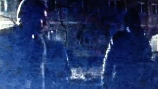 Двое парней вытащили из авто аккумулятор, но попали на видеорегистратор