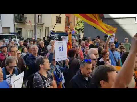 Los vecinos de Terrassa cantan Els Segadors a la Guardia Civil