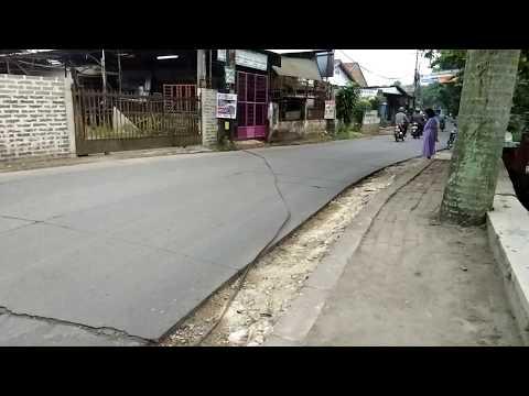 Kabel melintang di Jalan Tanah Baru, Pancoran Mas, Depok, Senin (29/5/2017)