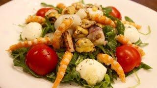 Средиземноморский салат с морепродуктами.