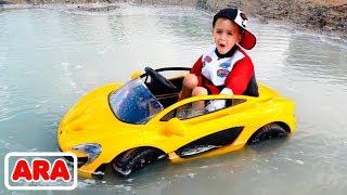 نيكيتا يركب سيارة الأطفال ويعلق في بركة