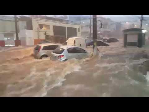 Enchente em Belo horizonte arrasta carros e moto 2018