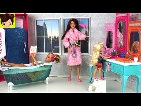 Rutina de Noche en Casa de Barbie y Sus Hermanas - Barbie Dormitorio y Baño Juguetes de Titi
