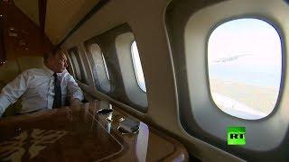 بوتين يراقب العنقاوات من نافذة الطائرة الرئاسية ويبتسم