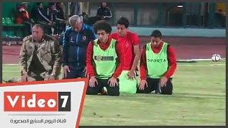 بعض لاعبى الأهلى يؤدون صلاة المغرب داخل الملعب بين شوطى مباراة الطلائع