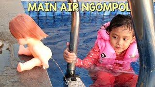 Bermain Air Bersama Mell Chan dan LOL 💙 Bonekanya Bisa Ngompol