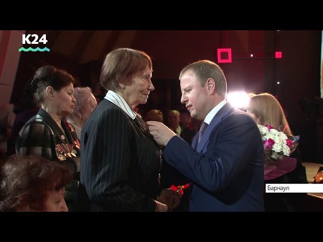 Виктор Томенко поздравил 400 выдающихся женщин Алтайского края