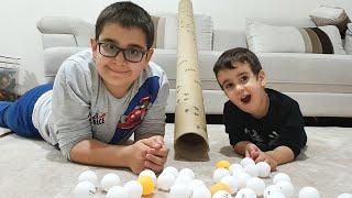 Berat Pinpon Toplarını Tünelden Kaydırdı. Eğlenceli Çocuk Videosu