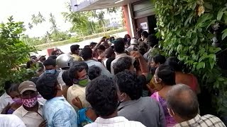 Crowds flock to Indian vaccination centre as coronavirus infections break new record