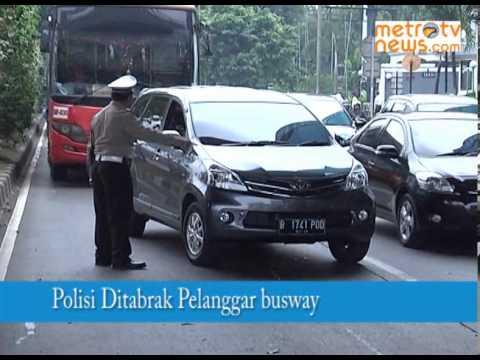 Hindari Tilang Jalur Busway, Mobil Pribadi Tabrak Polisi Mp3