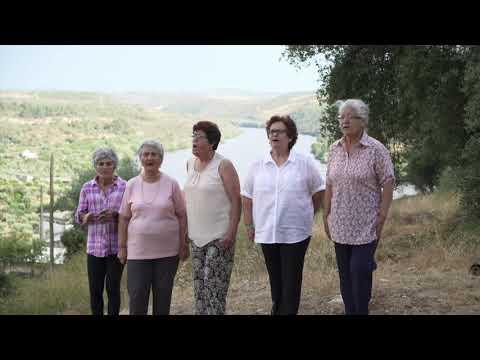 Mulheres do Rancho Folclórico do CMCD de Vila Velha de Ródão cantam «Virada da Foz».