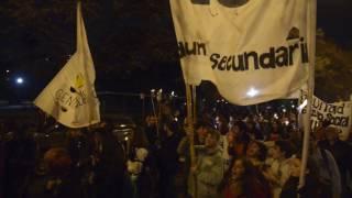 Masiva marcha de antorchas en defensa de la educación pública
