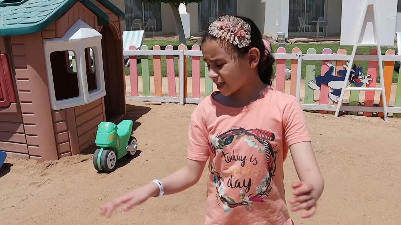 بنت صغيرة تريد اللعب في الترامبولين - شوف حصل اية !!