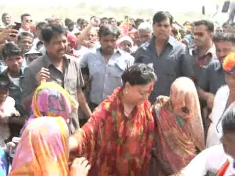 Smt.Vasundhara raje's dance with women in suraj sankalap yatra on dated-10-04-2013