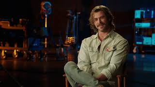 """Bad Times at the El Royale: Chris Hemsworth """"Billy Lee"""" Behind the Scenes Movie Interview"""