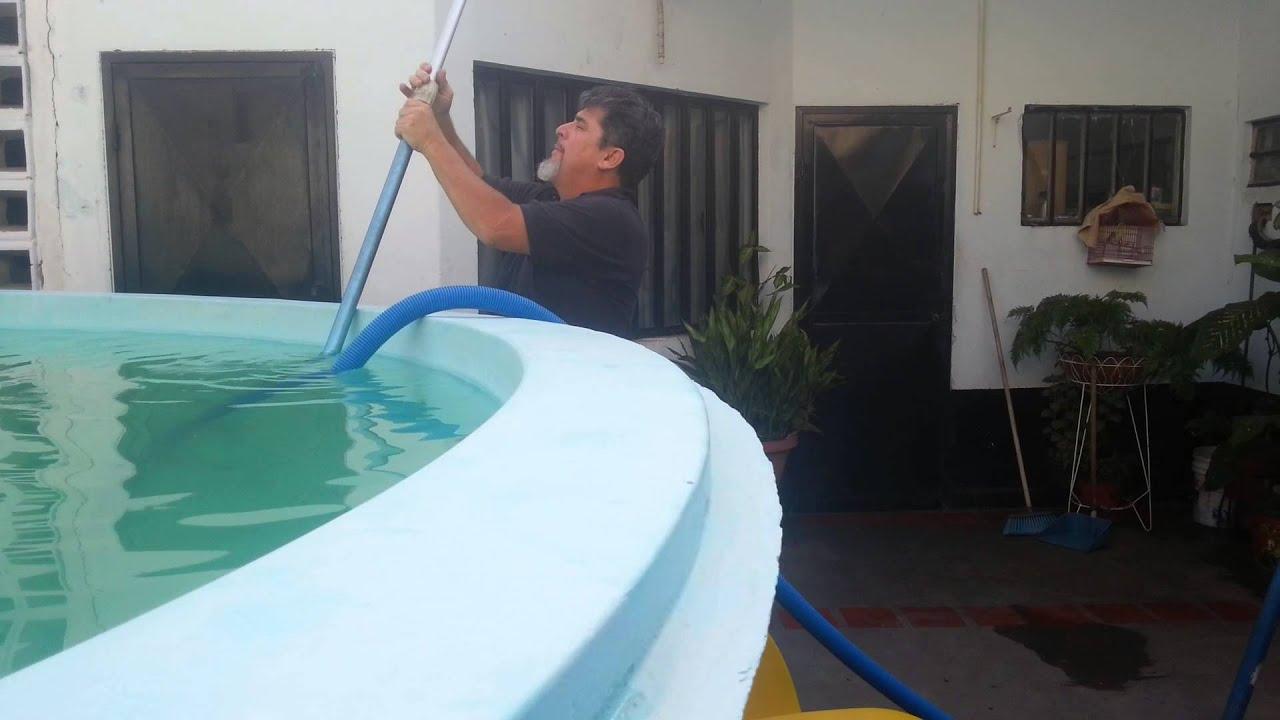 Como aspirar una piscina youtube for Como limpiar una piscina