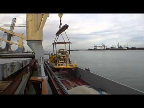 Transbordement treuil 296 t barge à navire 1