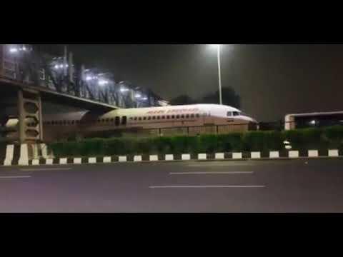 Índia: Avião fica preso debaixo de ponte