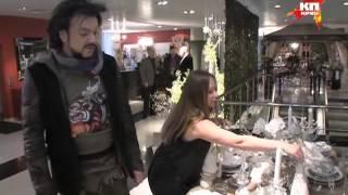 Накануне Дня рождения дочери Филипп Киркоров заехал в магазин за подарками(За день до двухлетия дочери Аллы-Виктории Филипп Киркоров находился в Екатеринбурге - дал три концерта,..., 2013-11-26T13:49:55.000Z)