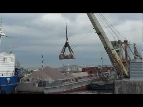 Harbour crane unloading barge