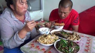 【農民大黑】雨天吃啥?農村媳婦做魚燉山藥小蔥炒豬肝配油條,一桌美食好饞人