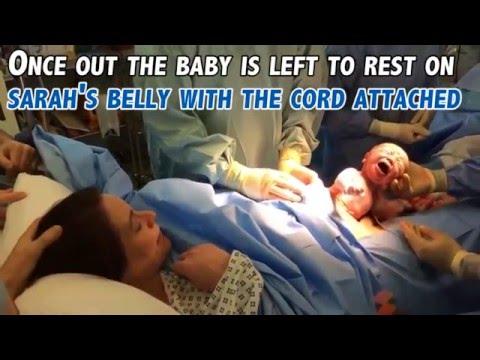 """Cận cảnh em bé tự chui ra khỏi bụng mẹ trong ca sinh mổ """"tự nhiên"""""""
