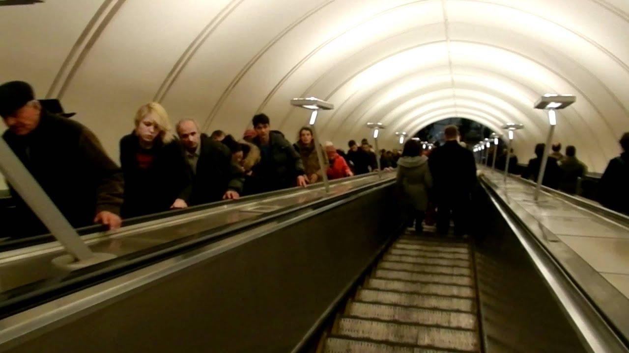 схема расположения станции метро новослободская