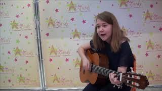 Адель на занятии поет и играет на гитаре (наставник Ольга Мурзагильдина)