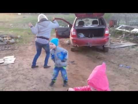 Егор танцует