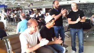 ქართველები მაგრად მღერიან კიევის აეროპორტში