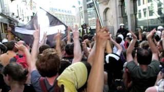 Vreedzaam protest op de Lange Poten in Den Haag ruw verstoord door politiegeweld.