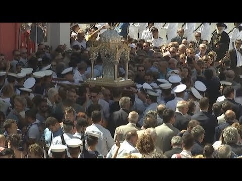 Η μεγάλη λιτανεία της εικόνας της Παναγίας στη Τήνο
