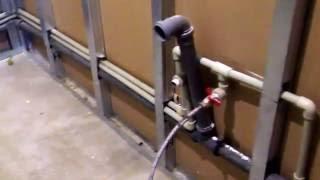 видео Разводка труб в ванной: скрытая и наружная
