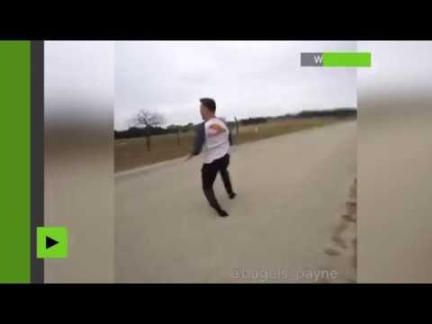 Un blogueur américain frôle la mort en faisant un triple flip au-dessus d'un bolide lancé à fond
