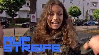 Verrückter Öffnungsversuch: Sie will die Scheibe ihres Autos einschlagen | Auf Streife | SAT.1 TV