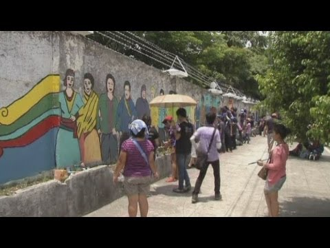 Artists in Manila paint 4 km wall for peace